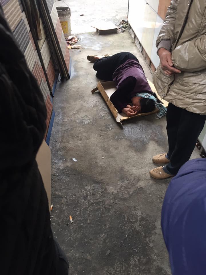 Bà nội và bà ngoại khóc ngất bên thi thể nam sinh lớp 10 bị xe khách đâm tử vong trên đường đi học về