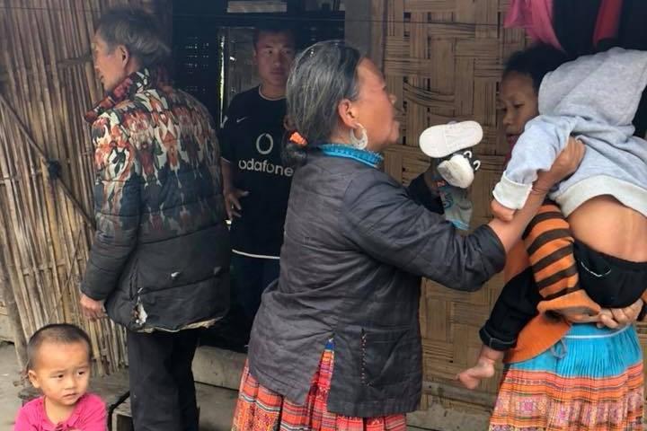 Vợ chồng ở Sài Gòn hoãn mua ô tô, vượt nghìn km đến Mường Lát nhận nuôi bé gái liệt 2 chân không manh áo giữa mùa đông - Ảnh 5.