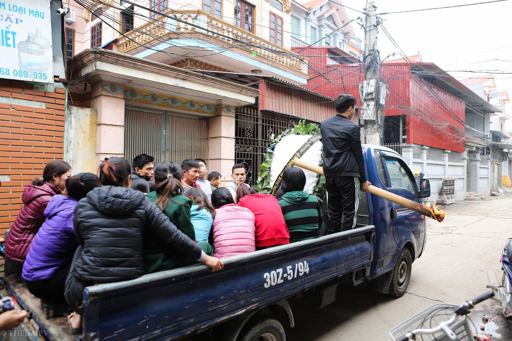 Người thân đau đớn tiễn đưa bé gái 2 tuổi tử vong trong vụ nổ kinh hoàng ở Bắc Ninh - Ảnh 1.
