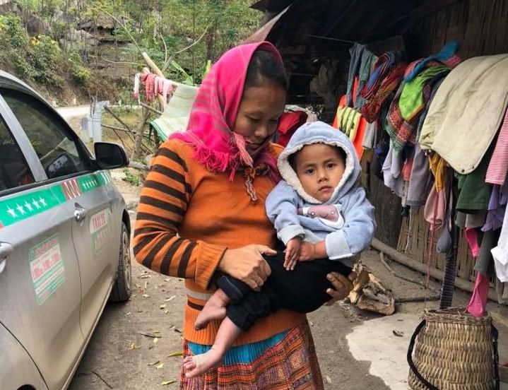 Vợ chồng ở Sài Gòn hoãn mua ô tô, vượt nghìn km đến Mường Lát nhận nuôi bé gái liệt 2 chân không manh áo giữa mùa đông - Ảnh 4.