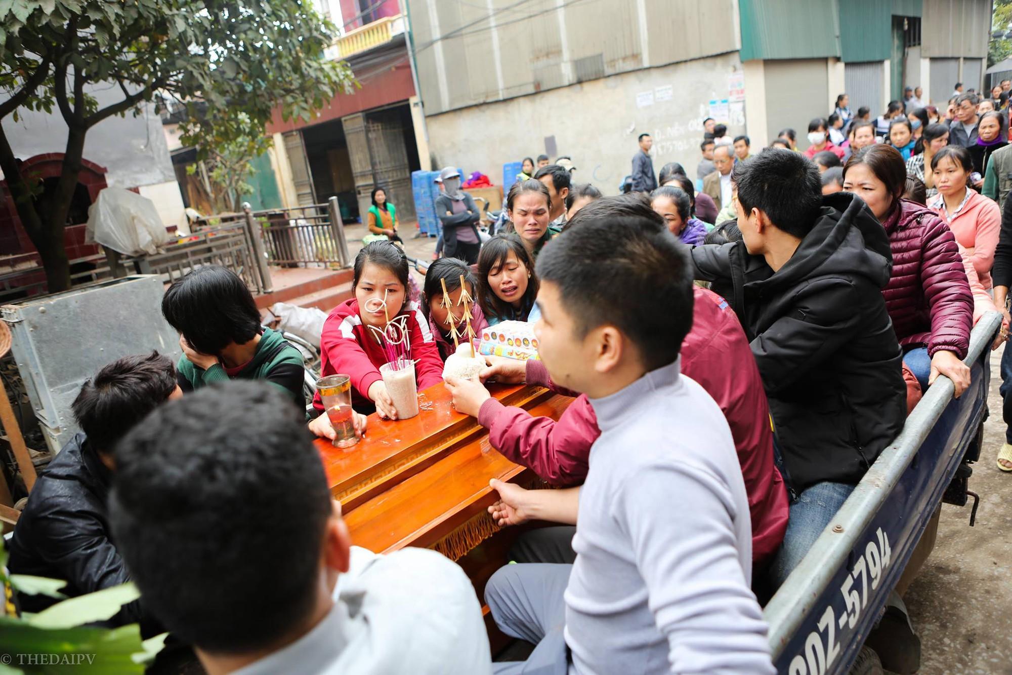 Người thân đau đớn tiễn đưa bé gái 2 tuổi tử vong trong vụ nổ kinh hoàng ở Bắc Ninh - Ảnh 4.