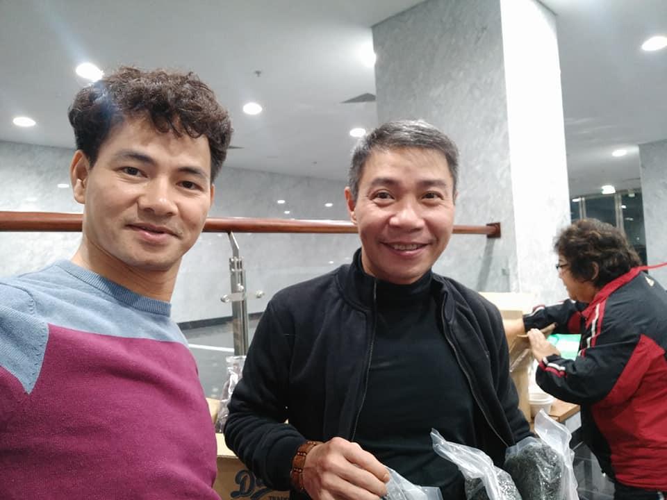 Clip hậu trường: Dàn nghệ sĩ ăn vội bữa cơm tối lúc 22 giờ 30, ráo riết tập luyện cho Táo Quân 2018 - Ảnh 2.