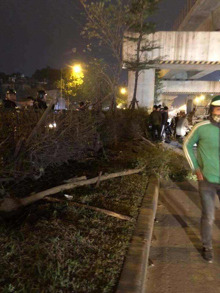 Hà Nội: Ô tô đâm gãy 2 cái cây rồi lật ngửa giữa đường tại Ngã Tư Sở - Ảnh 3.