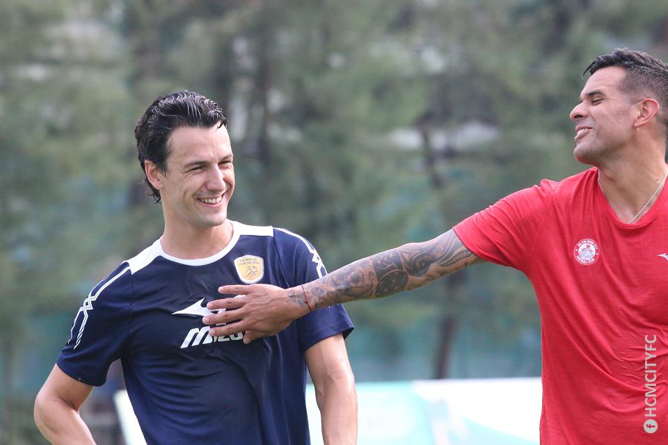 Đồng đội cũ của Ronaldo cười vui vẻ ngày ra mắt CLB TP.HCM - Ảnh 1.