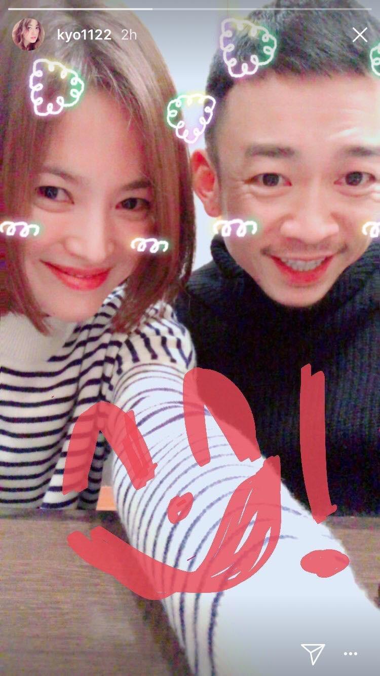 Hiếm lắm mới đăng story Instagram, Song Hye Kyo bỗng thân thiết bên người đàn ông lạ mặt - Ảnh 1.