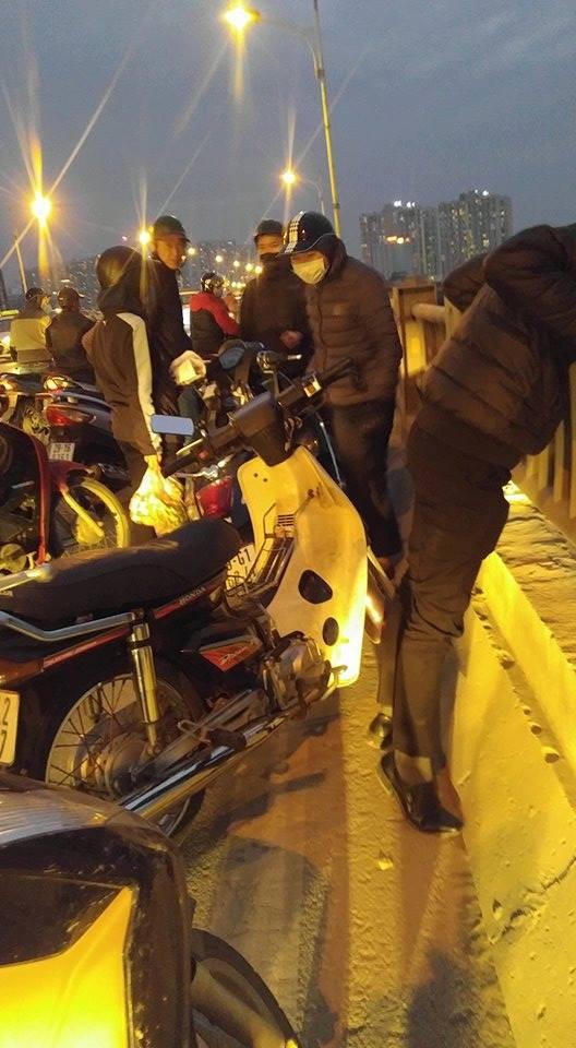 Hà Nội: Nam thanh niên đang đi ô tô qua cầu bất ngờ mở cửa rồi nhảy xuống sông Hồng - Ảnh 1.