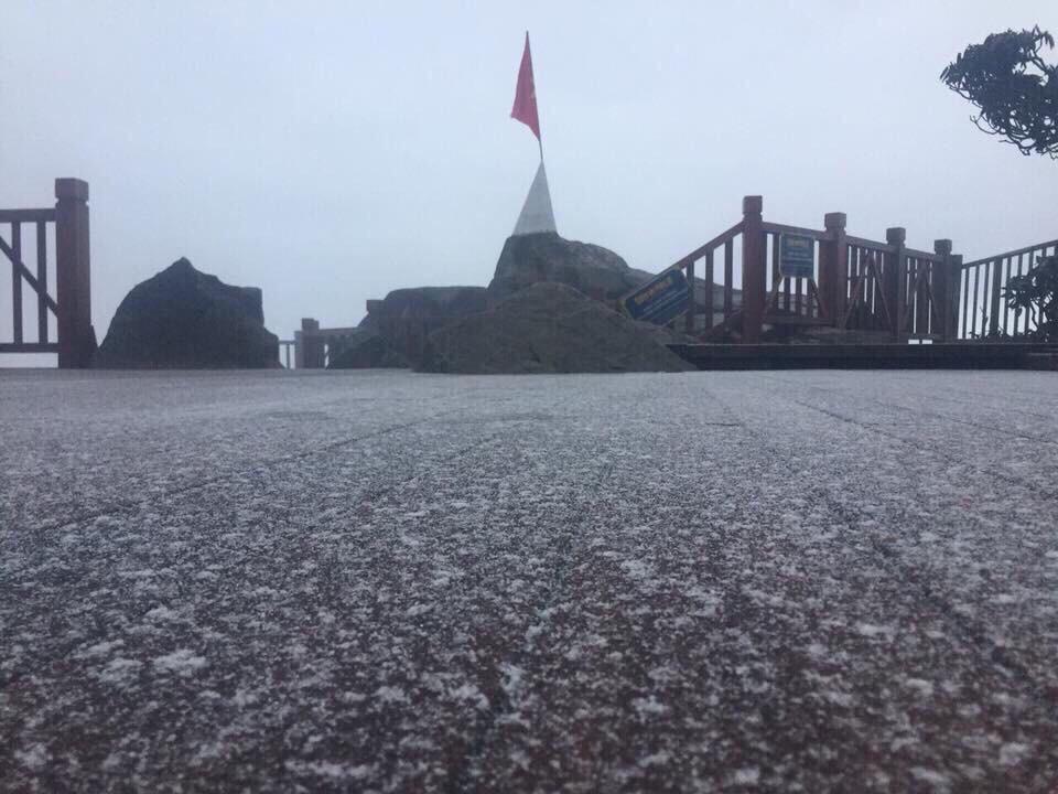 Clip: Tuyết đã rơi trên đỉnh Fansipan vào sáng sớm, nhiệt độ chỉ còn 0 độ C - Ảnh 2.