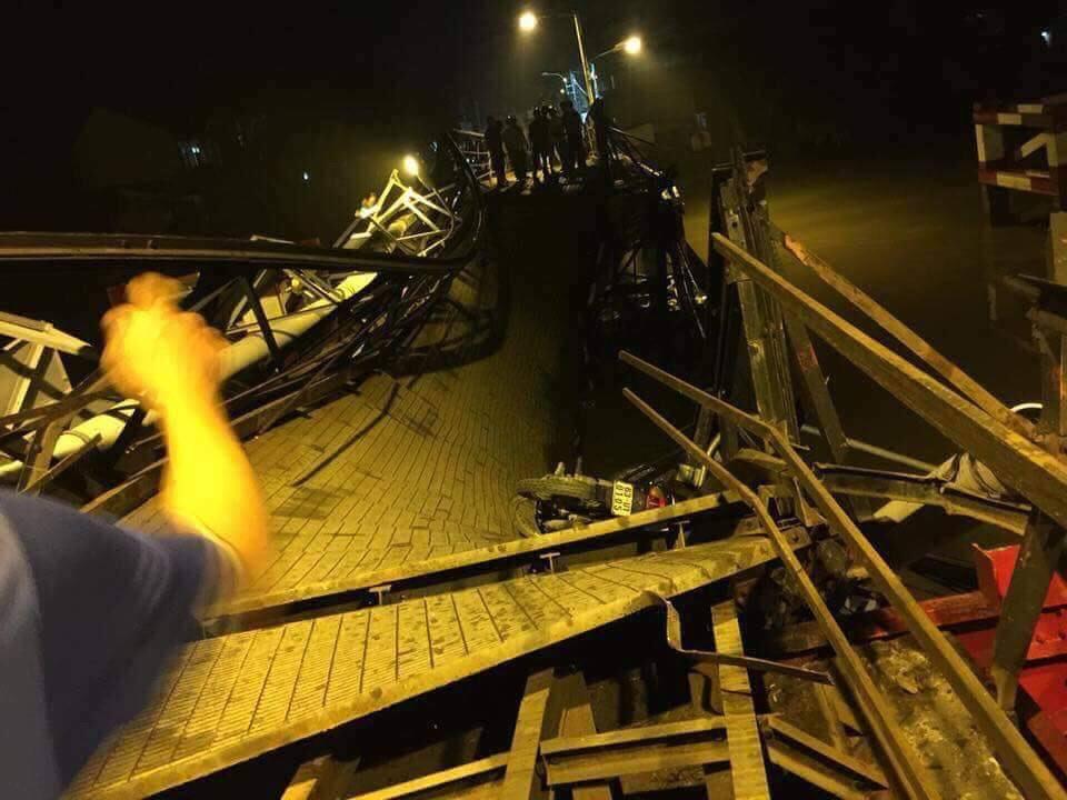 Cầu Long Kiển bất ngờ đổ sập, nhiều phương tiện rơi xuống sông - Ảnh: FB