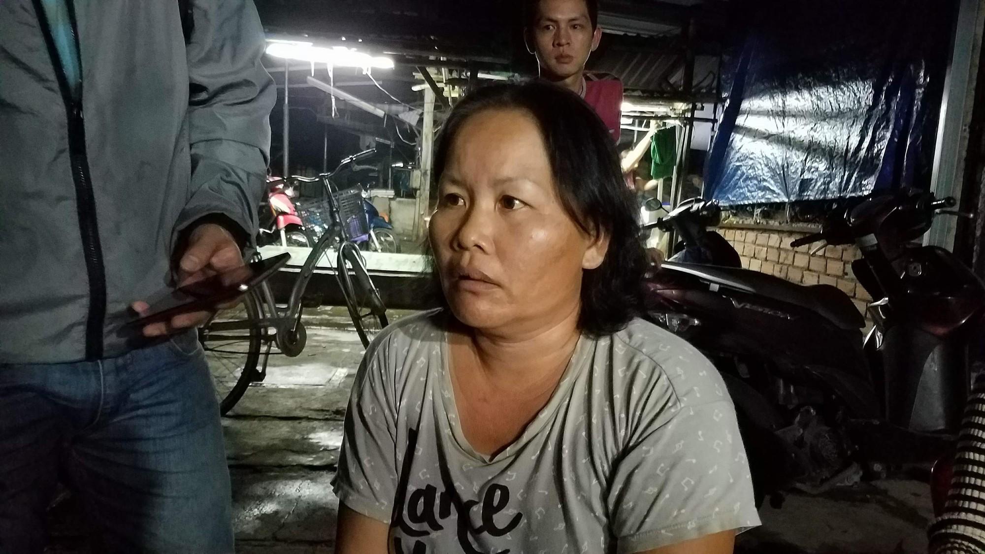 Bà Nguyễn Thị Niềm kể lại sự việc. Ảnh: Tứ Quý.