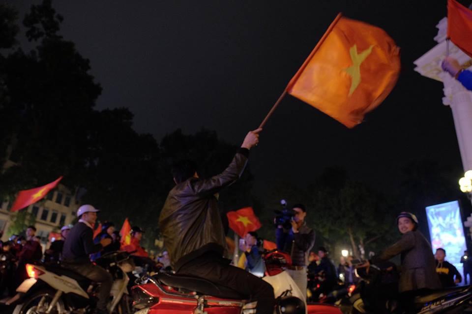 Cả nước vỡ òa với chiến thắng lịch sử của U23 Việt Nam, các cổ động viên đã đổ hết ra đường ăn mừng