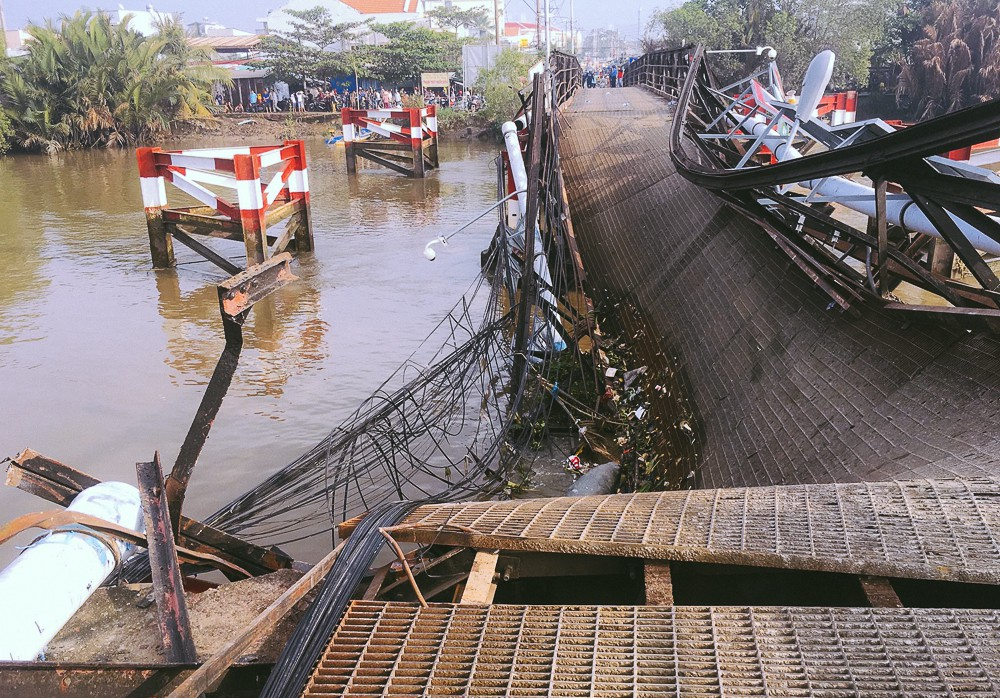 Cận cảnh hiện trường kinh hoàng sập cầu Long Kiển ở Sài Gòn, chưa thể vớt ô tô tải rơi xuống sông - Ảnh 13.