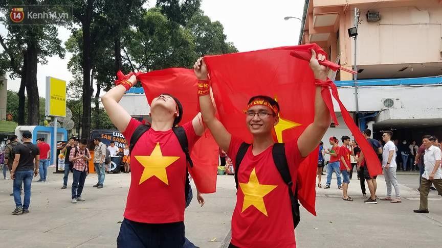 Người dân hai miền đổ xô mua cờ, băng rôn cổ vũ trận bán kết lịch sử giữa U23 Việt Nam và U23 Qatar - Ảnh 9.