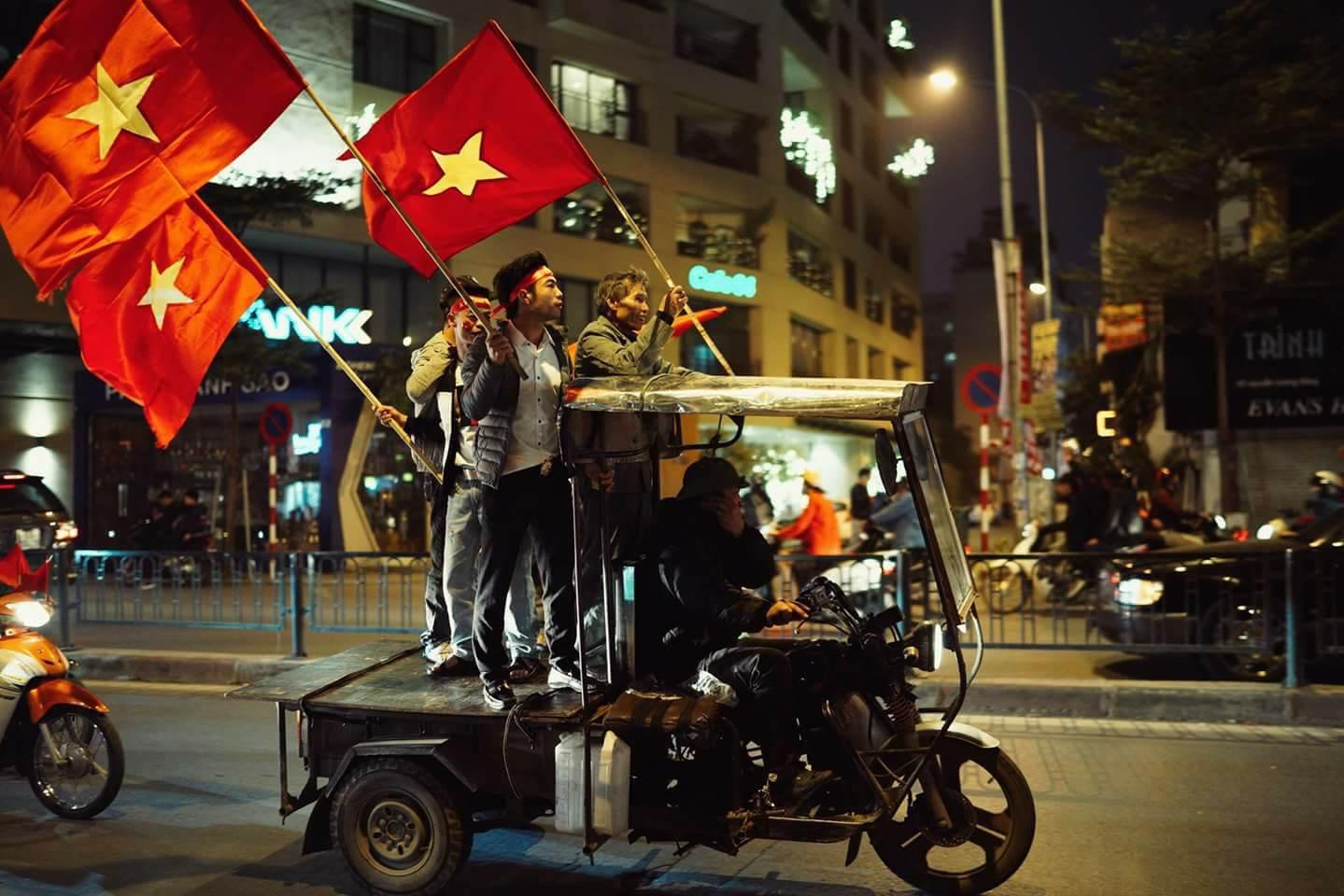 Những nhạc cụ gõ mừng U23 Việt Nam chiến thắng đặc dị khác thường nhất đêm qua - Ảnh 7.