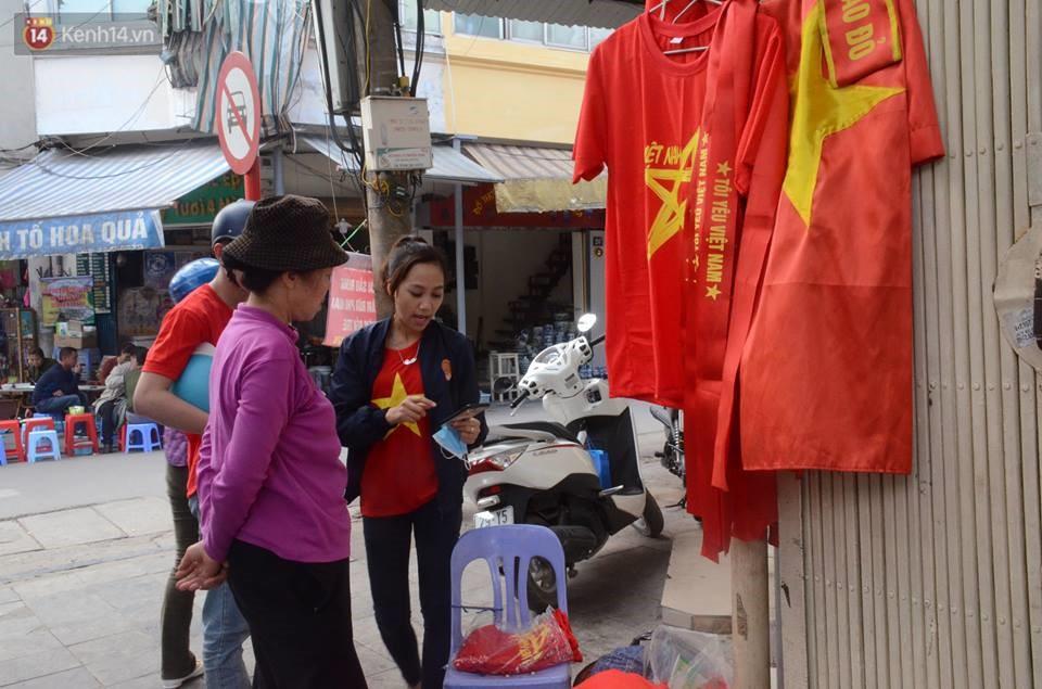 Người dân hai miền đổ xô mua cờ, băng rôn cổ vũ trận bán kết lịch sử giữa U23 Việt Nam và U23 Qatar - Ảnh 2.