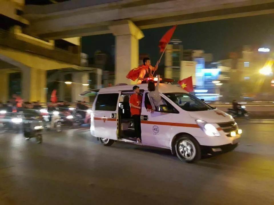 Những nhạc cụ gõ mừng U23 Việt Nam chiến thắng đặc dị khác thường nhất đêm qua - Ảnh 10.