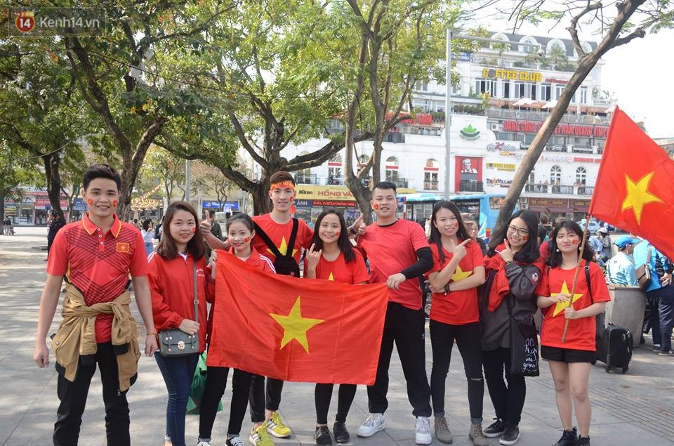 Người dân hai miền đổ xô mua cờ, băng rôn cổ vũ trận bán kết lịch sử giữa U23 Việt Nam và U23 Qatar - Ảnh 3.