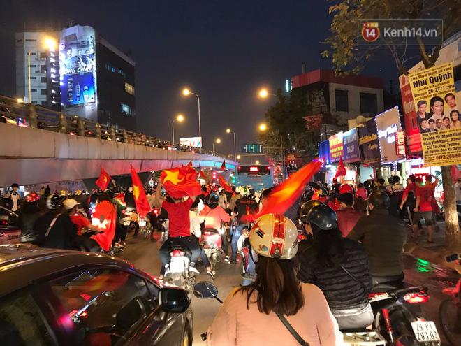 Người dân cả nước đổ xô ra đường, hô vang Việt Nam sau chiến thắng lịch sử của đội tuyển U23 - Ảnh 2.