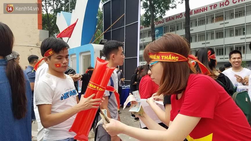 Người dân hai miền đổ xô mua cờ, băng rôn cổ vũ trận bán kết lịch sử giữa U23 Việt Nam và U23 Qatar - Ảnh 8.