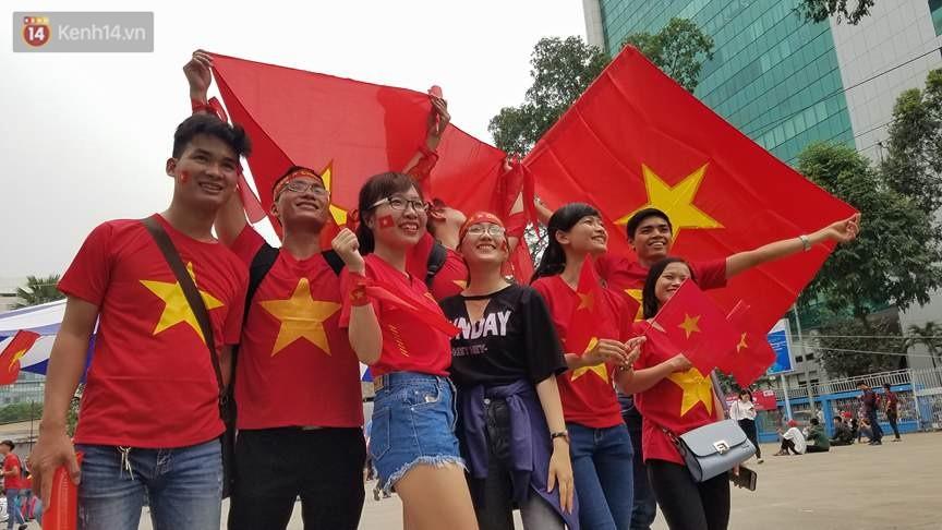 Người dân hai miền đổ xô mua cờ, băng rôn cổ vũ trận bán kết lịch sử giữa U23 Việt Nam và U23 Qatar - Ảnh 10.