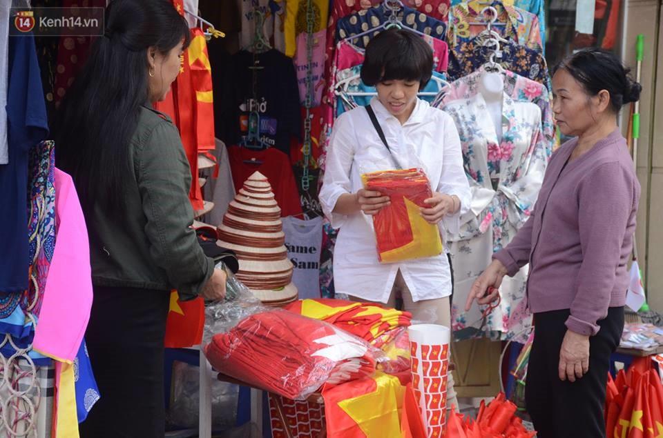 Người dân hai miền đổ xô mua cờ, băng rôn cổ vũ trận bán kết lịch sử giữa U23 Việt Nam và U23 Qatar - Ảnh 4.