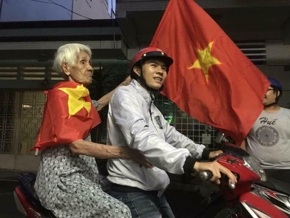 Những nhạc cụ gõ mừng U23 Việt Nam chiến thắng đặc dị khác thường nhất đêm qua - Ảnh 13.