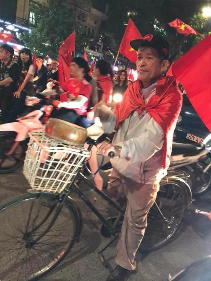 Những nhạc cụ gõ mừng U23 Việt Nam chiến thắng đặc dị khác thường nhất đêm qua - Ảnh 12.