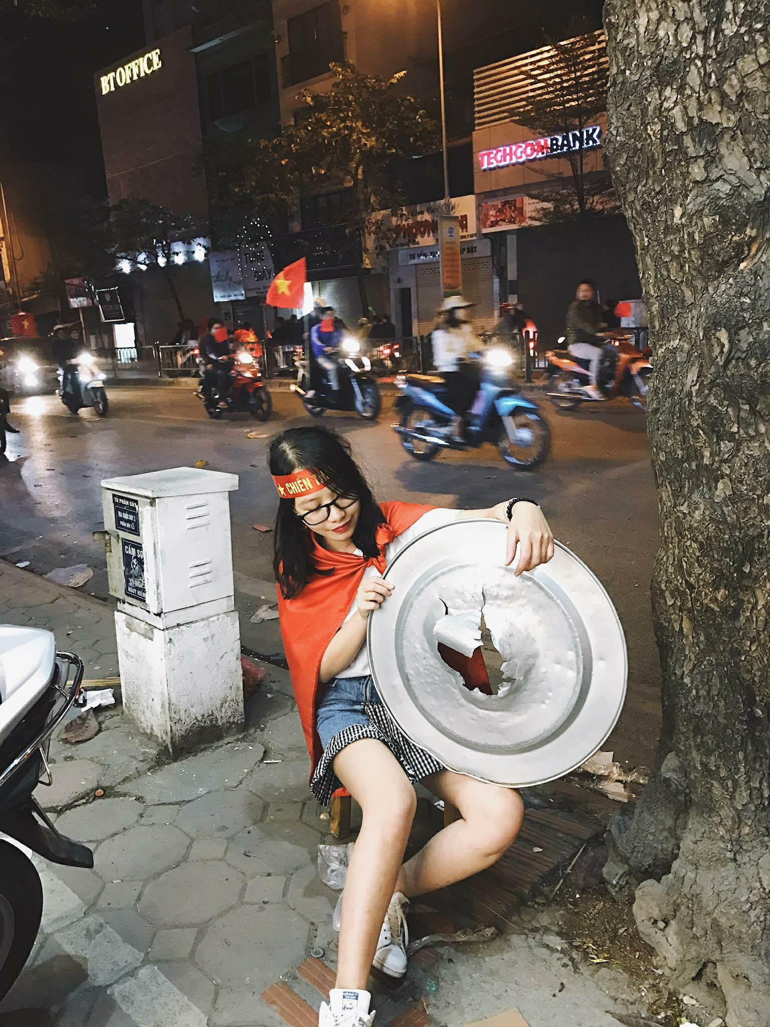 Những nhạc cụ gõ mừng U23 Việt Nam chiến thắng đặc dị khác thường nhất đêm qua - Ảnh 1.