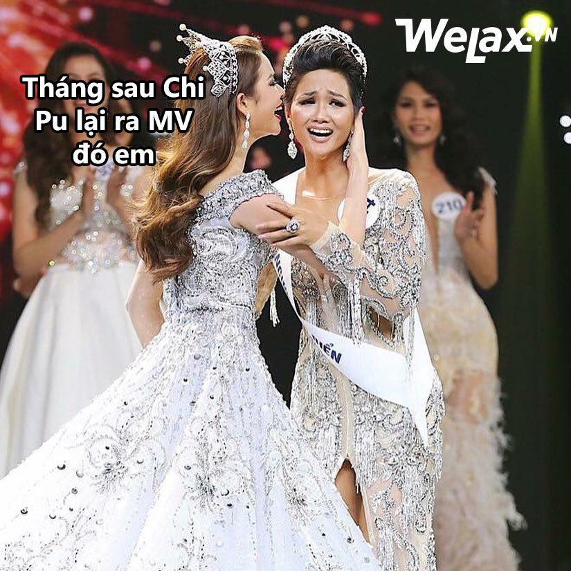 """Biểu cảm lúc đăng quang không rõ """"cười hay mếu"""" của Tân hoa hậu Hoàn vũ H'Hen Niê lại thành nguồn chế ảnh bất tận! - Ảnh 4."""