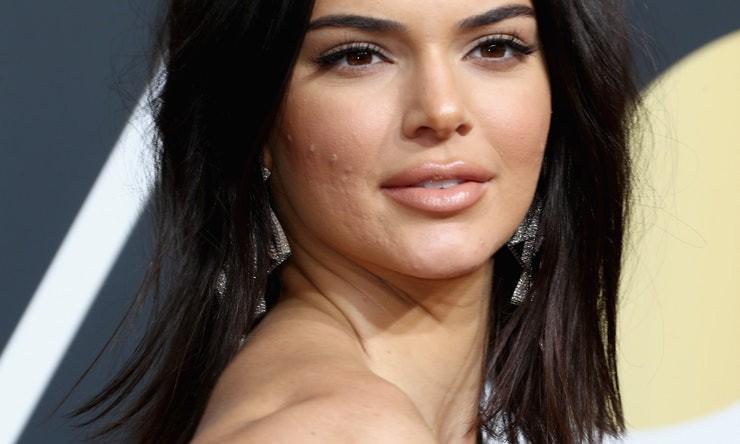 Dù Kendall Jenner lộng lẫy nhất nhì thảm đỏ Quả Cầu Vàng nhưng làn da mụn sần sùi của cô mới là tâm điểm bàn tán - Ảnh 3.