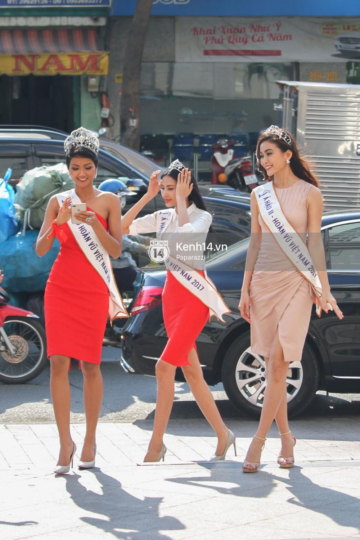 Một ngày làm việc từ sáng sớm đến tối mịt của Top 3 Hoa hậu Hoàn vũ Việt Nam 2017 - Ảnh 2.