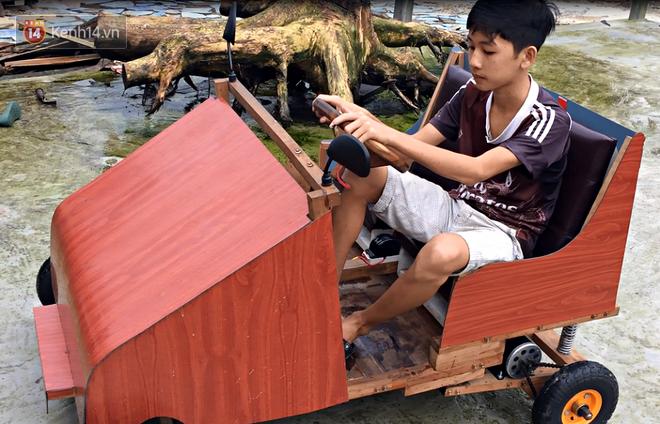 Nam sinh lớp 9 chế tạo ô tô điện từ gỗ và phế liệu để chở các em nhỏ đi học - Ảnh 7.