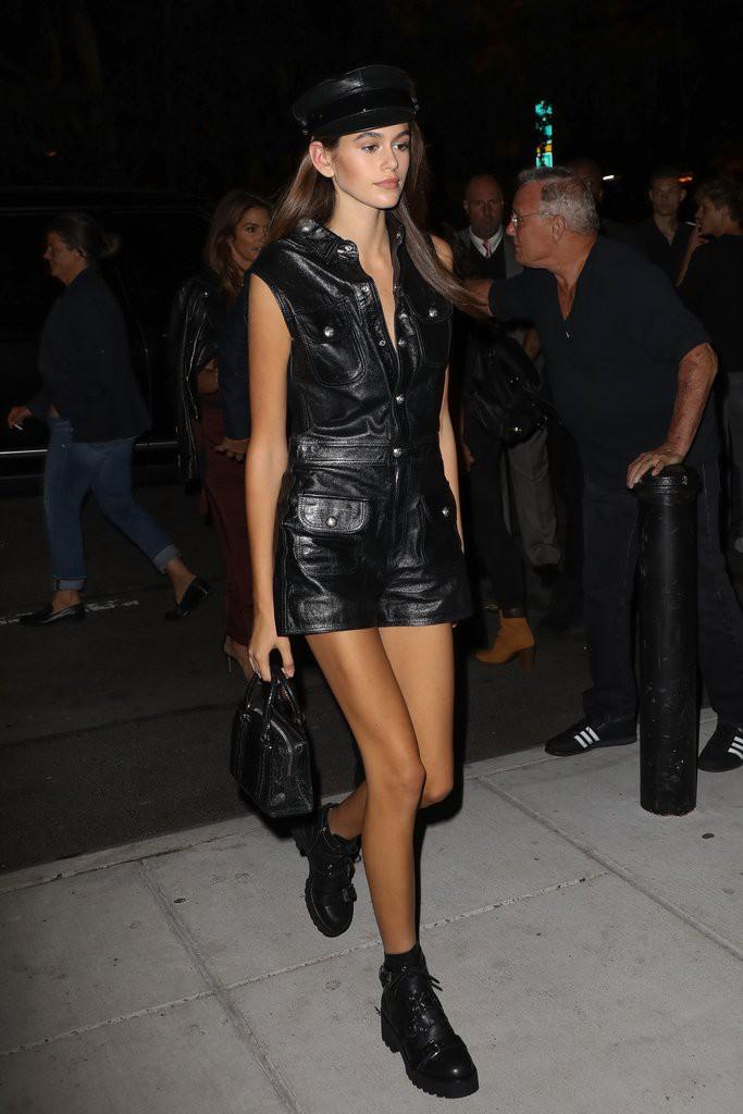 Mới 16 tuổi đã mặc đẹp thế này, Kaia Gerber hẳn sẽ sớm trở thành ngôi sao street style không kém cửa Kendall, Gigi - Ảnh 4.
