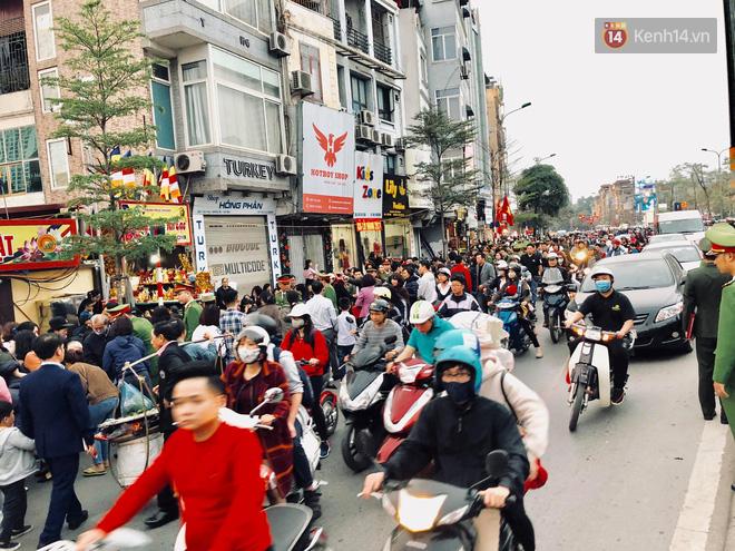 Cấm 1 làn đường trước chùa Phúc Khánh cho người dân ngồi dự lễ cầu an lớn nhất năm 21