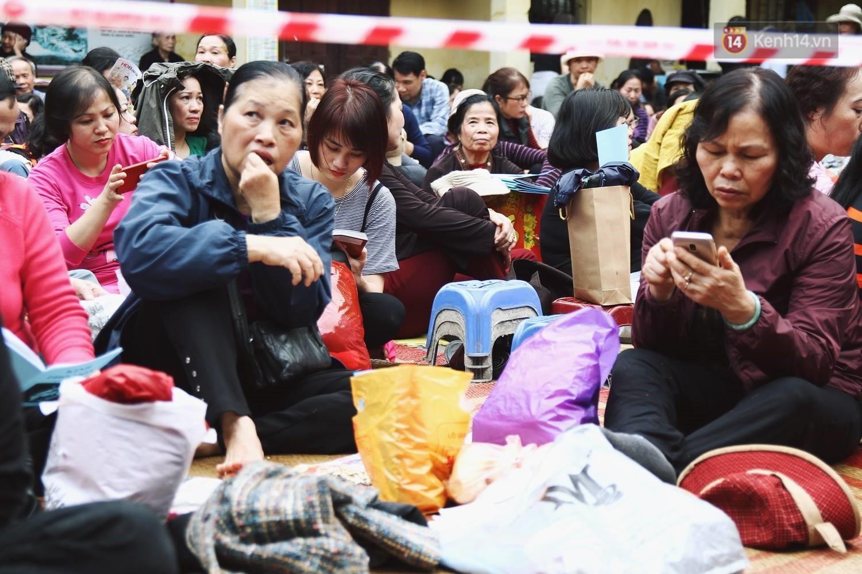 Cấm 1 làn đường trước chùa Phúc Khánh cho người dân ngồi dự lễ cầu an lớn nhất năm 14