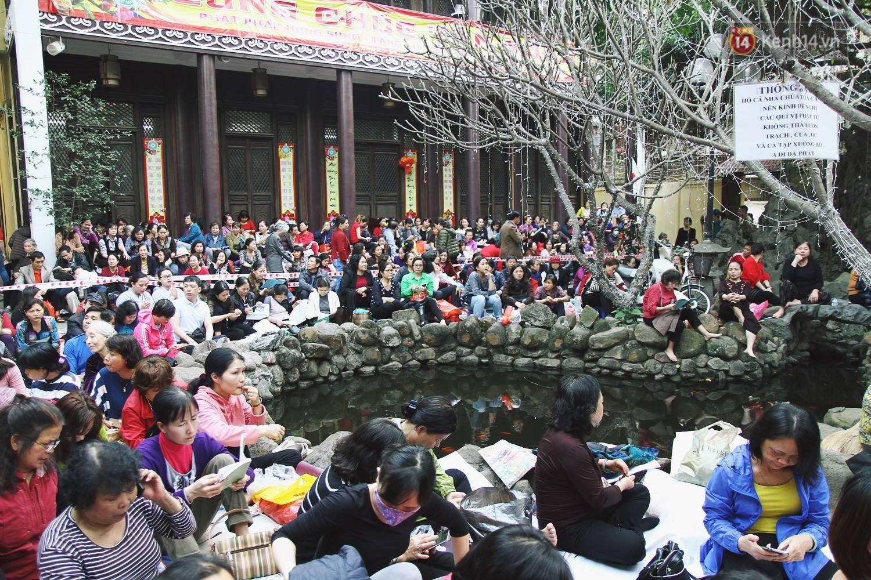 Cấm 1 làn đường trước chùa Phúc Khánh cho người dân ngồi dự lễ cầu an lớn nhất năm 9