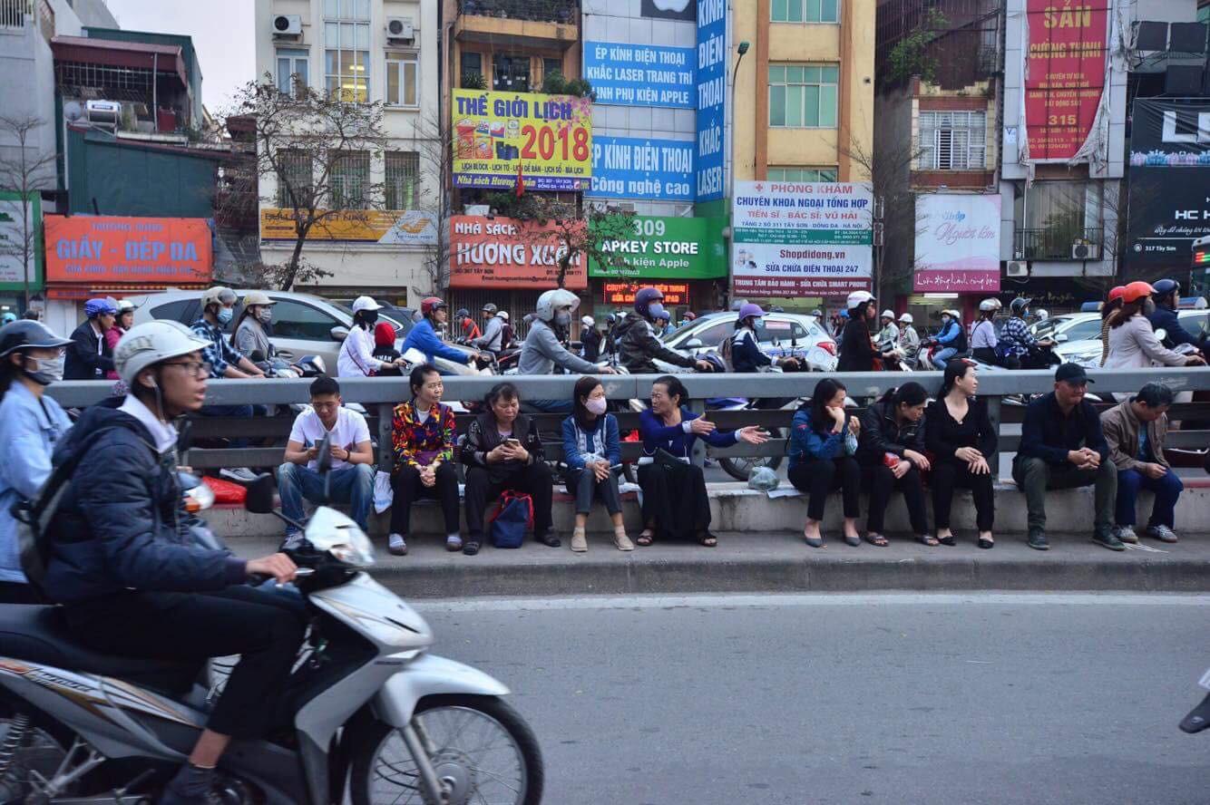 Cấm 1 làn đường trước chùa Phúc Khánh cho người dân ngồi dự lễ cầu an lớn nhất năm 18
