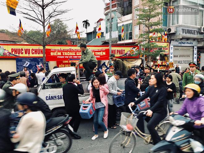 Cấm 1 làn đường trước chùa Phúc Khánh cho người dân ngồi dự lễ cầu an lớn nhất năm 22