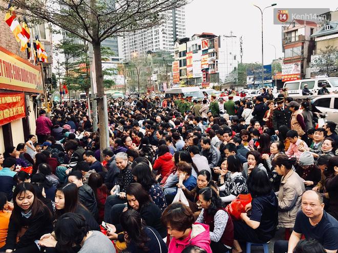 Cấm 1 làn đường trước chùa Phúc Khánh cho người dân ngồi dự lễ cầu an lớn nhất năm 23