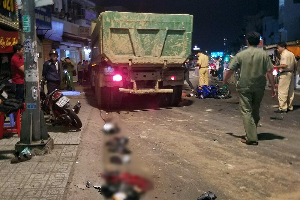 Mảnh vỡ từ xe máy văng tung toé khắp nơi