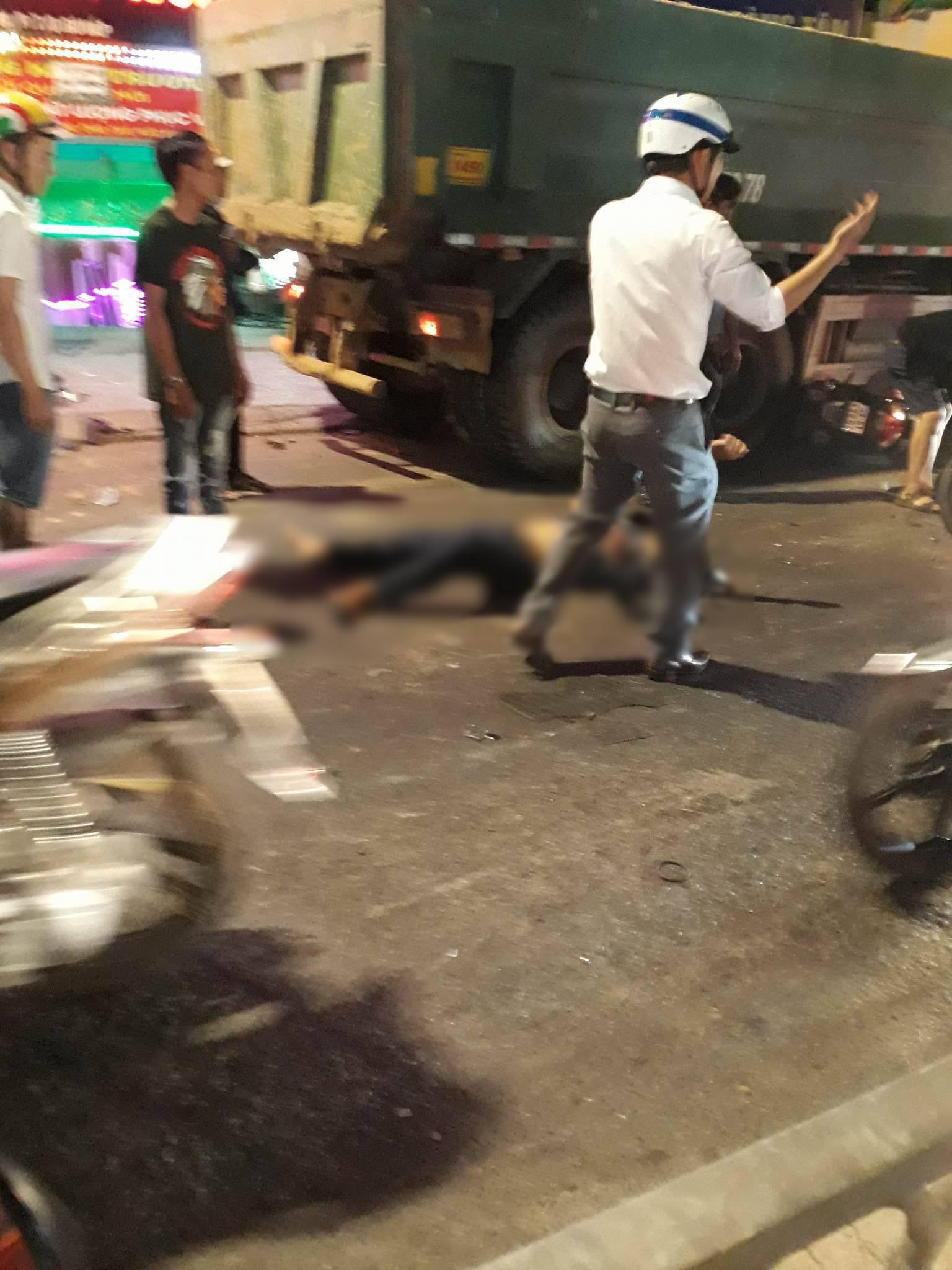 Nạn nhân bị thương nằm ngay trên đường sau va chạm