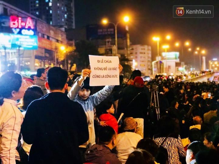 Cấm 1 làn đường trước chùa Phúc Khánh cho người dân ngồi dự lễ cầu an lớn nhất năm 26