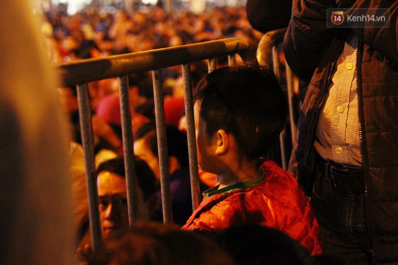 Cấm 1 làn đường trước chùa Phúc Khánh cho người dân ngồi dự lễ cầu an lớn nhất năm 36