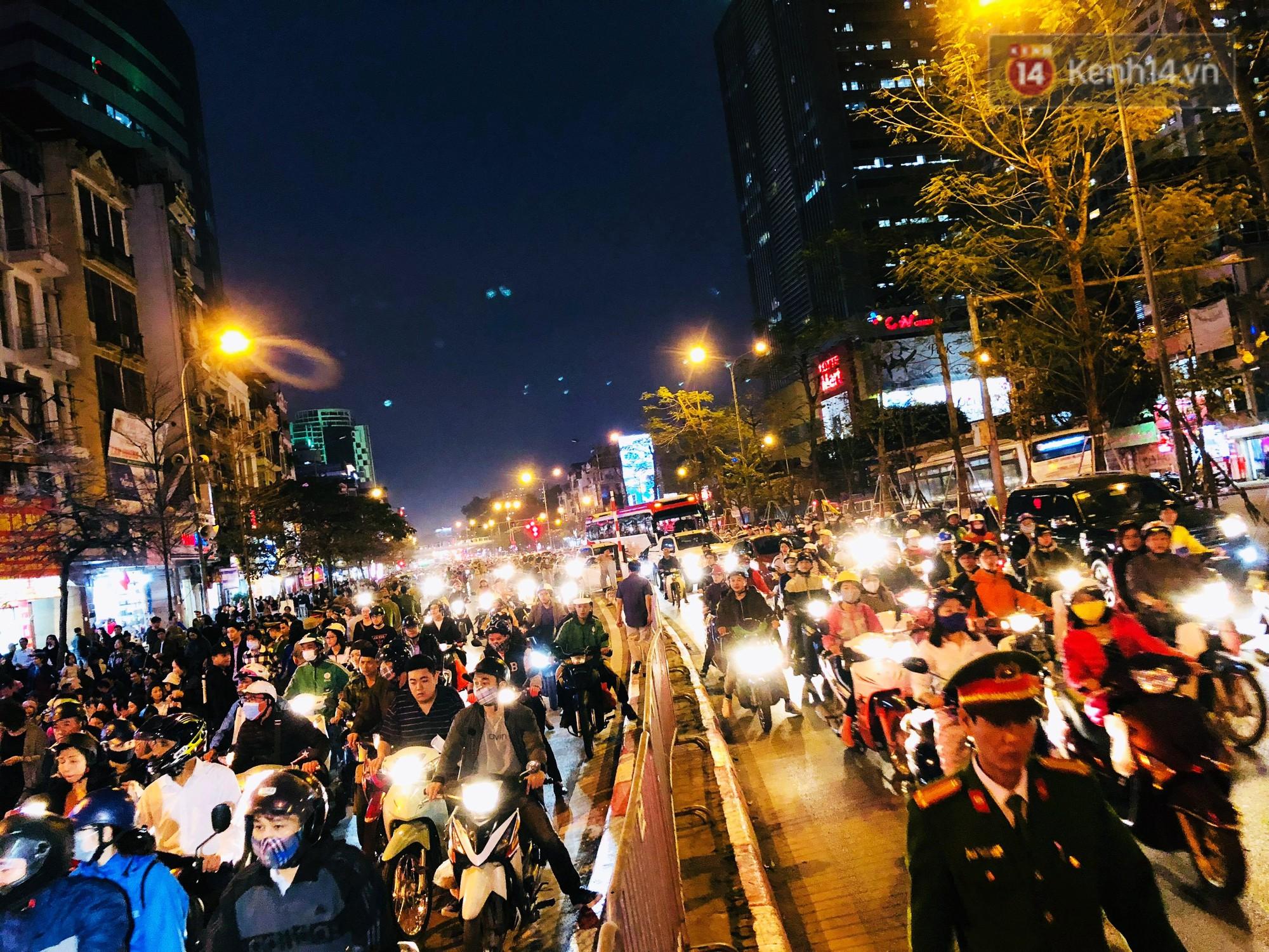 Cấm 1 làn đường trước chùa Phúc Khánh cho người dân ngồi dự lễ cầu an lớn nhất năm 25