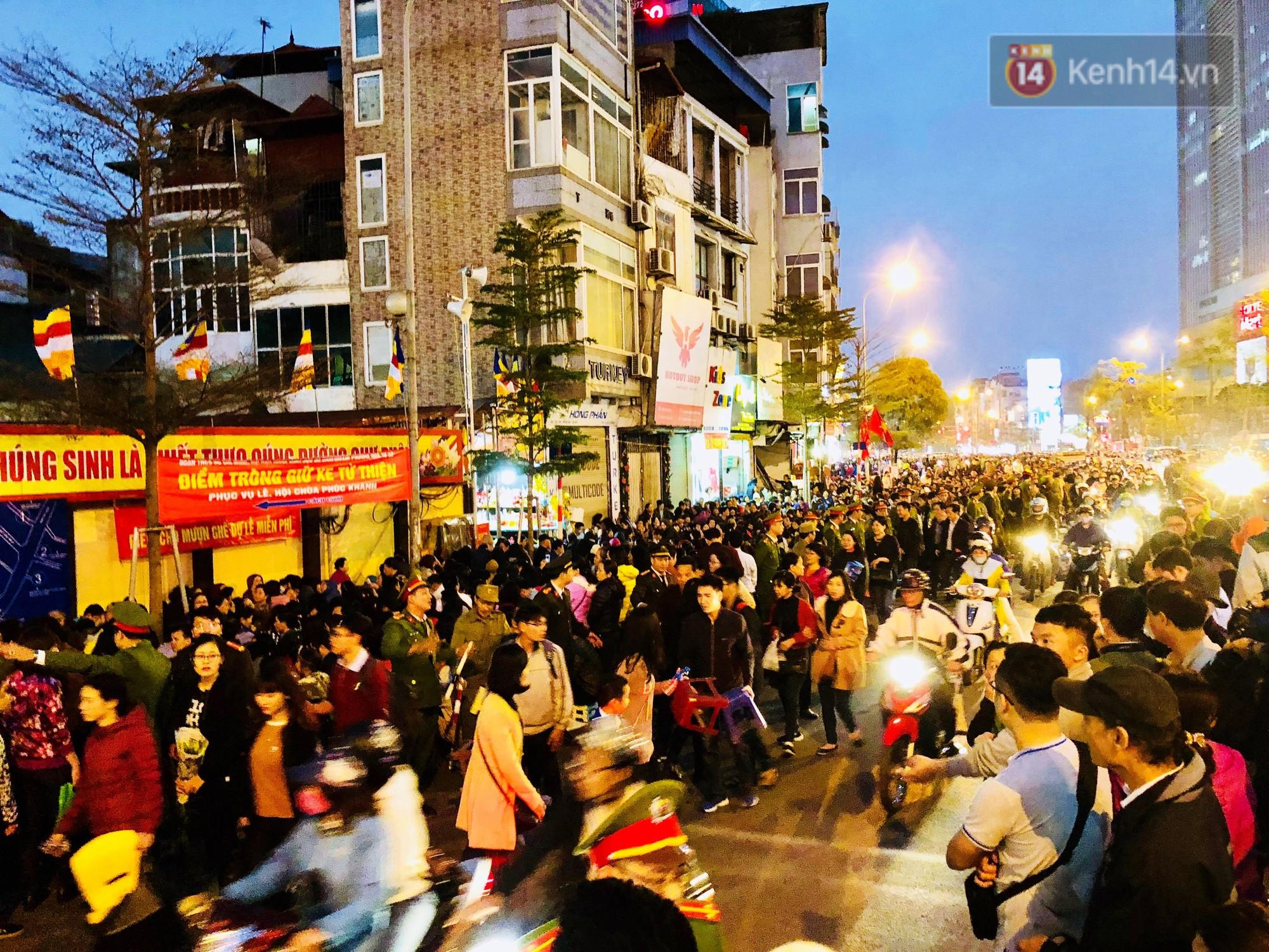 Cấm 1 làn đường trước chùa Phúc Khánh cho người dân ngồi dự lễ cầu an lớn nhất năm 24