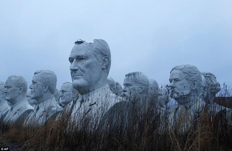 Công viên Tổng thống Mỹ với 43 bức tượng khổng lồ bị hư hại nặng nề, vẫn còn thiếu hai vị Tổng thống nữa mới hoàn thiện - Ảnh 5.