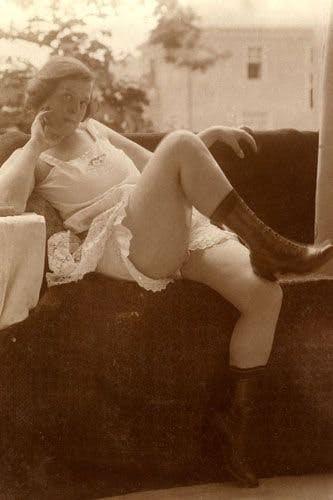 Từ chuyện chia tay vì nội y người yêu: Lịch sử đồ lót hơn 100 năm qua luôn có chỗ cho những chiếc... quần lót ren màu đỏ - Ảnh 2.