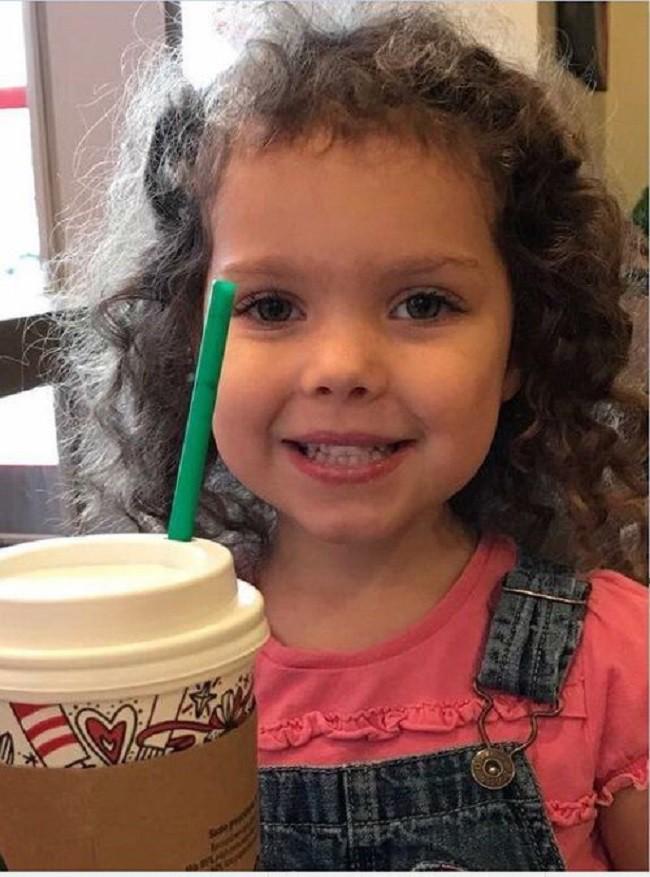Kẻ xấu tấn công mẹ và bắt cóc con gái 4 tuổi, cảnh sát ngớ người khi tìm thấy em trong tình trạng lạ lùng thế này - Ảnh 1.