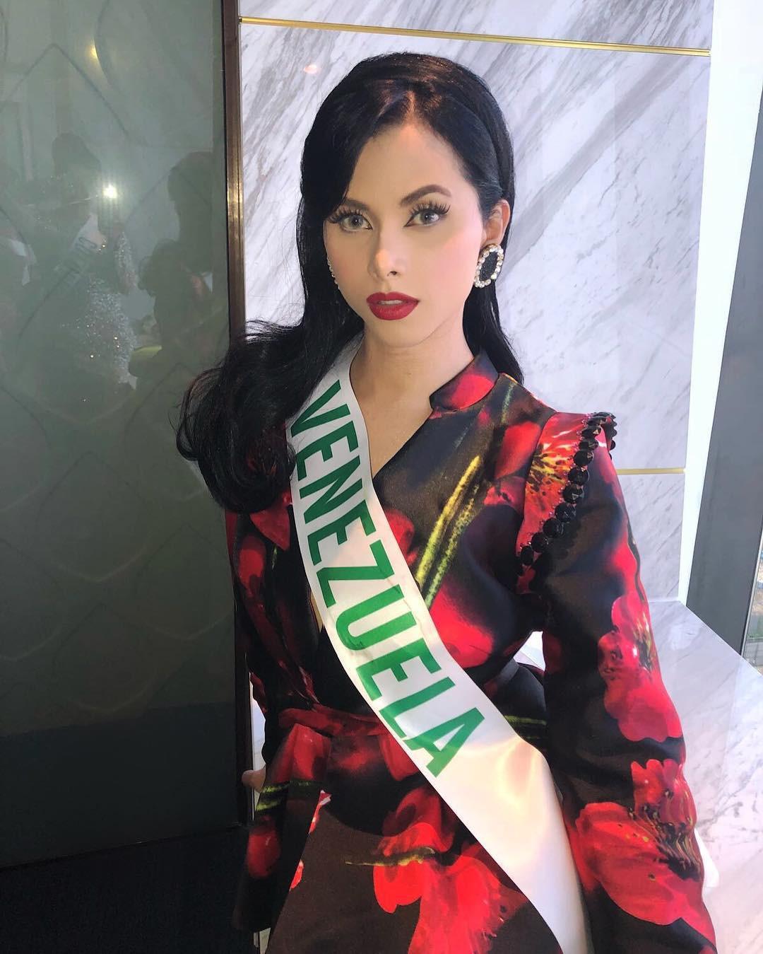 Hoa hậu chuyển giới 2018: Đại diện Venezuela vừa thắng giải đầm dạ hội đẹp nhất đã vướng nghi án nhái đầm Lọ Lem trứ danh của Hoa hậu thế giới - Ảnh 2.