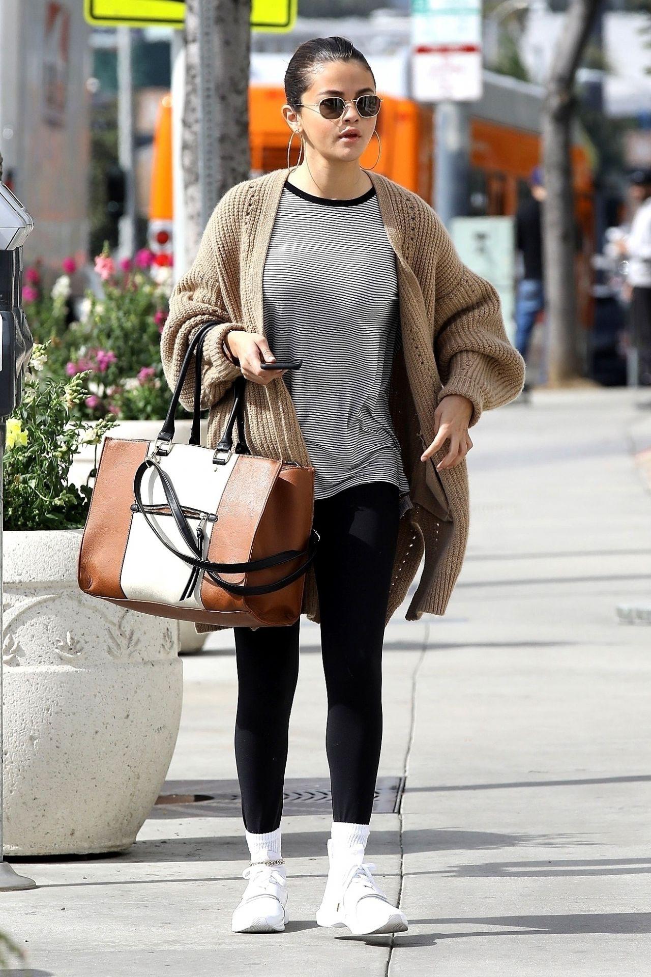 Hóa ra các sao cũng mặc lại đồ như chúng ta: Selena Gomez đi boot cọc cạch, diện cùng một chiếc cardigan với 2 style khác nhau trong 2 ngày liên tiếp - Ảnh 2.