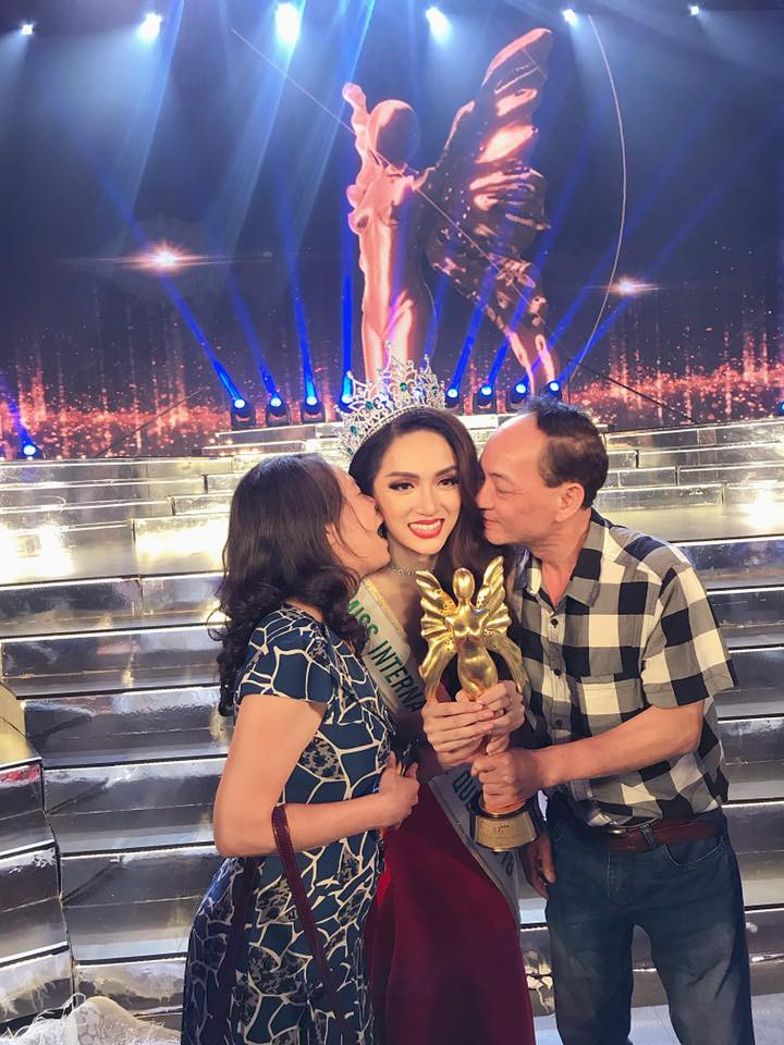 Mẹ Hương Giang: Vỡ òa và chưa dám tin con gái là Hoa hậu - Ảnh 2.